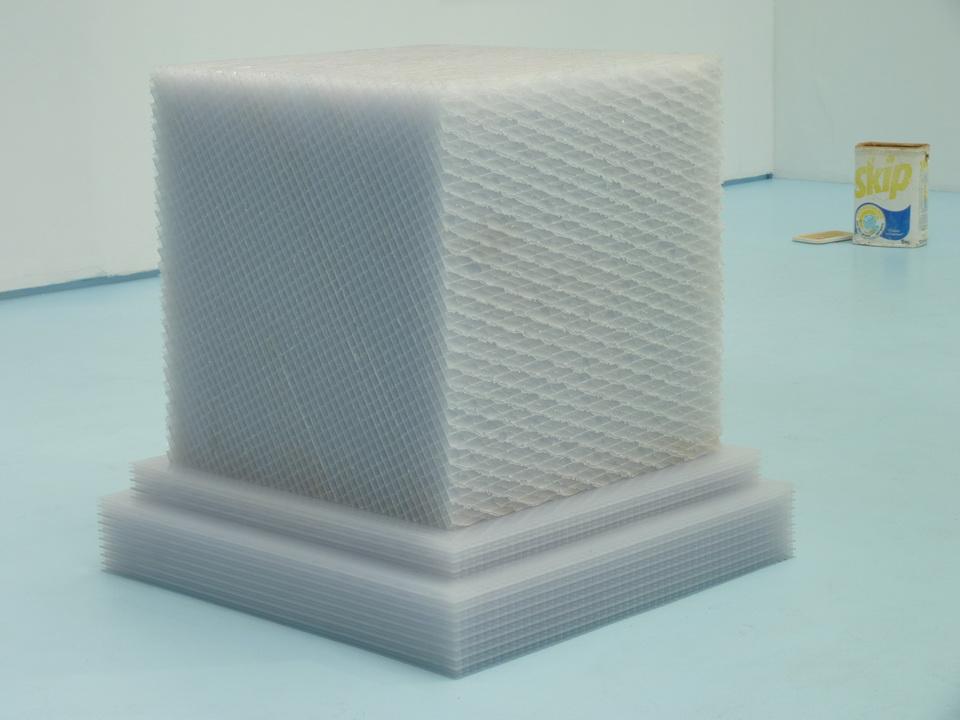 055 Eric Baudart Cubikron 2.0  116,5 x 95 x 95 cm   2013 plastique alvéolaire