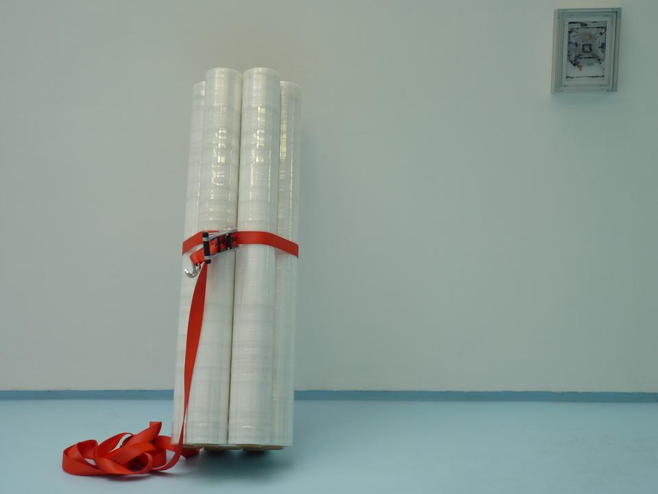 057  Eric Baudart  Sans titre  153 x 47 x 43 cm   2013  film étirable sur rouleau de carton, sangle, attache métalique