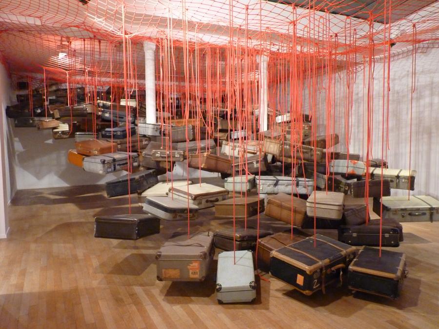 008 Chiharu Shiota ne1972 dialogues  installation dimensions variables  2014