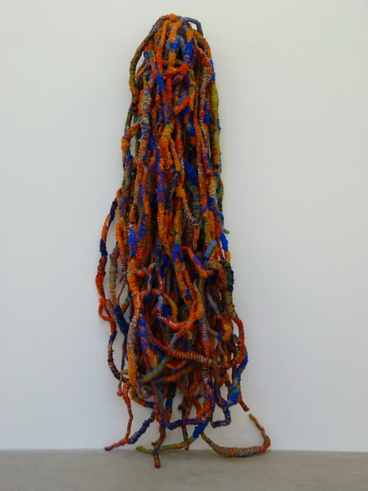 081 Sheila Hicks Cordes Sauvages  260 x 90 cm (dimensions variables  2014