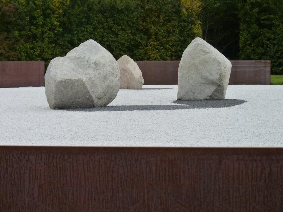 050-2 Lee Ufan  ne1936  relatum- l ombre des etoiles 2014 acier pierre