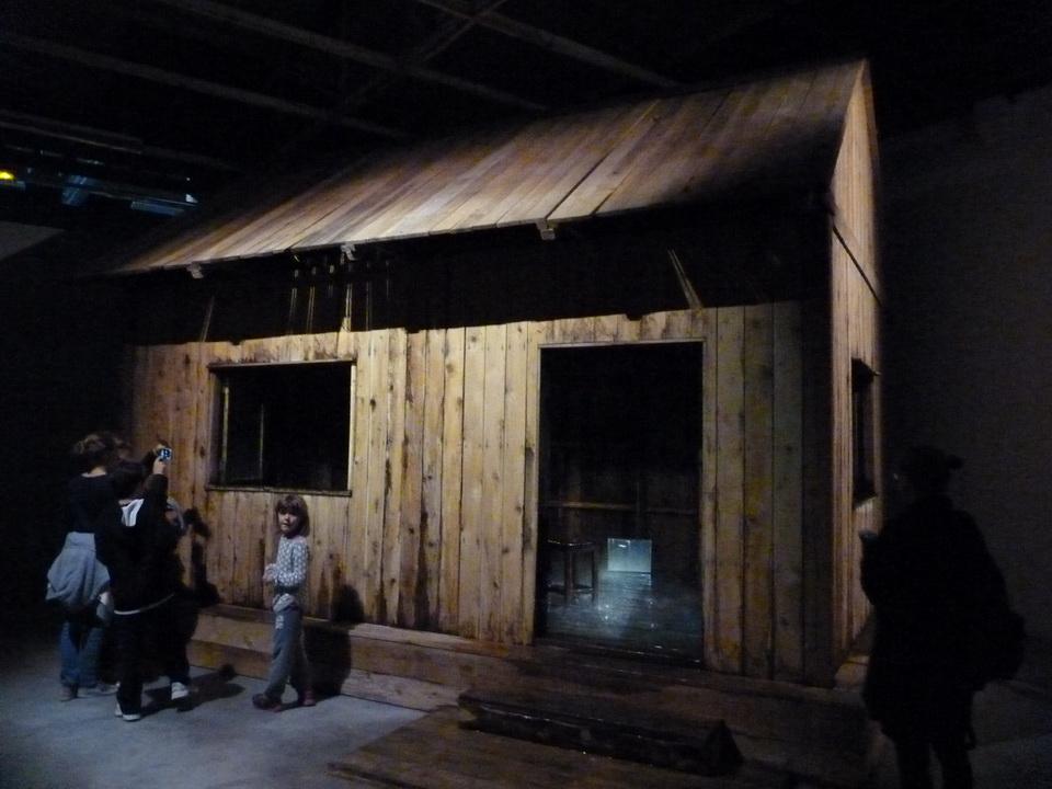 022 Stephane Thidet b1974 sans titre -le refuge 2007 installation