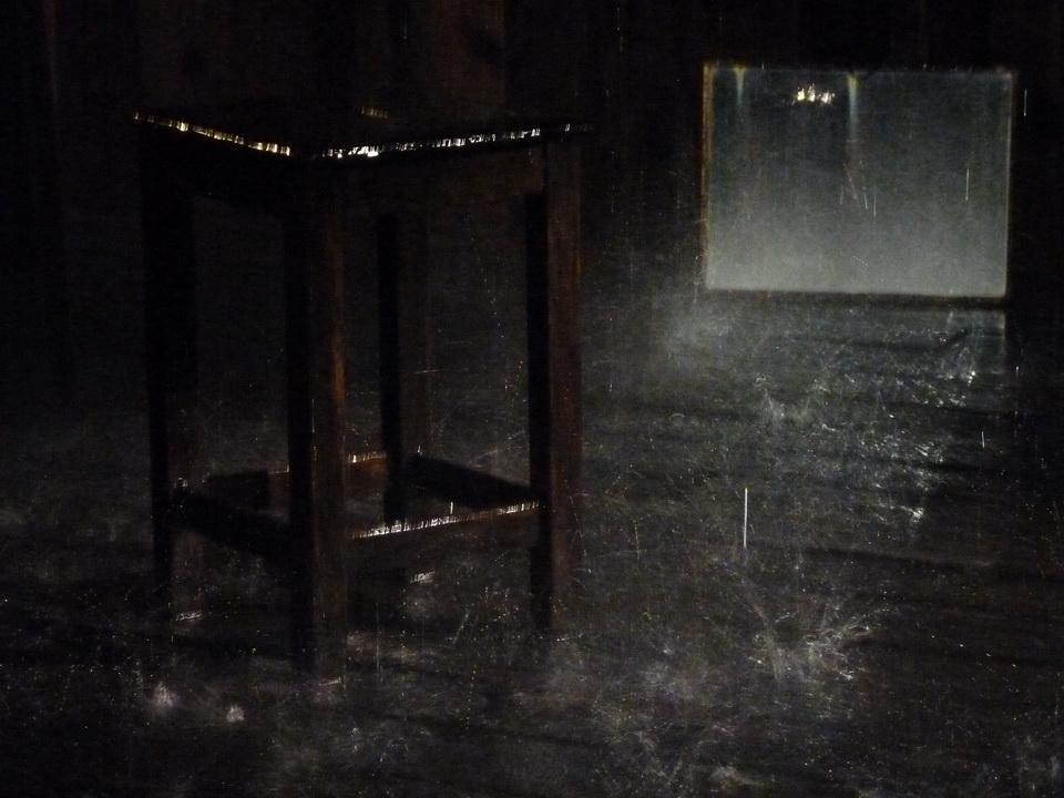 022-4  Stephane Thidet b1974 sans titre -le refuge 2007 installation   bois meuble pompes eau