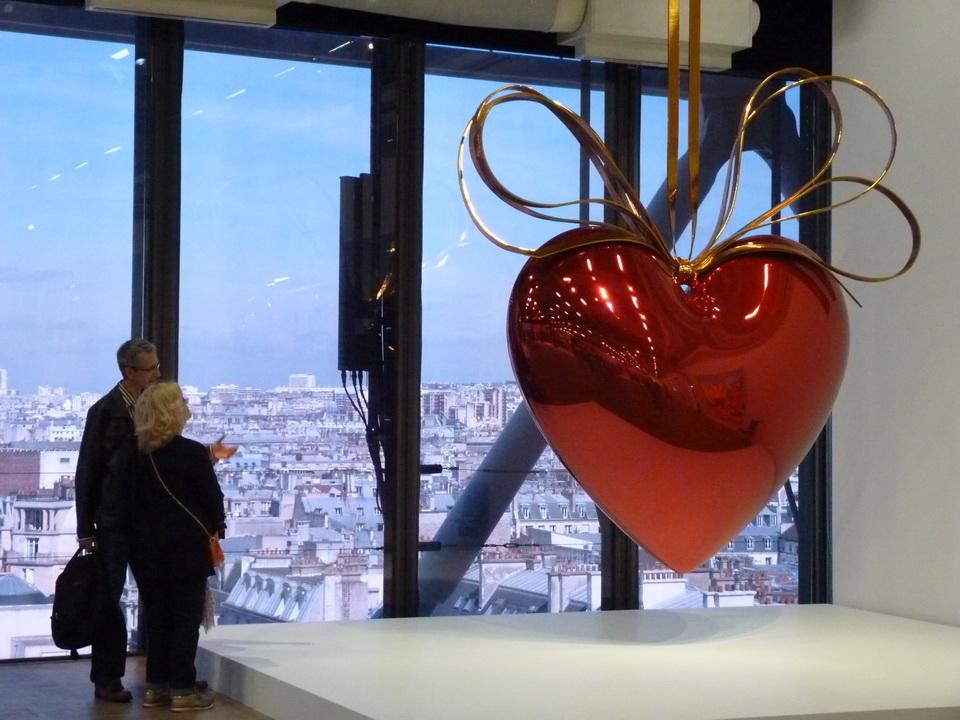 041 Jeff Koons  coeur suspendu -roug-or  1994-2000  acier inoxydable au poli miroir et vernis trasparcet et laiton