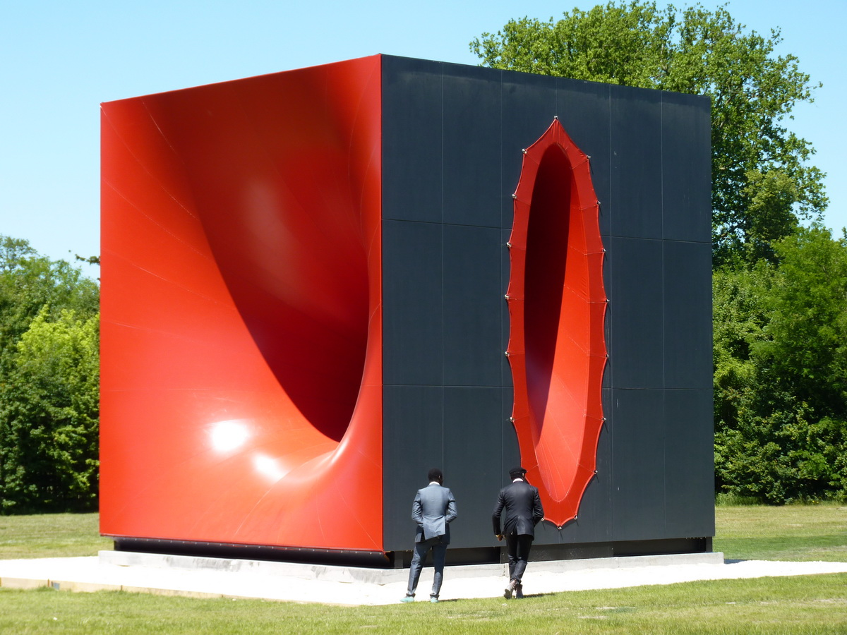 0091  Anish Kapoor  sectional body preparing for monadic singularity 2015