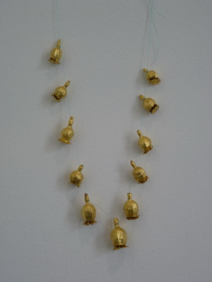 073 Lionel Esteve ne 1967 la collier 27x17x3cm 2015 bulbes de pavot dorees
