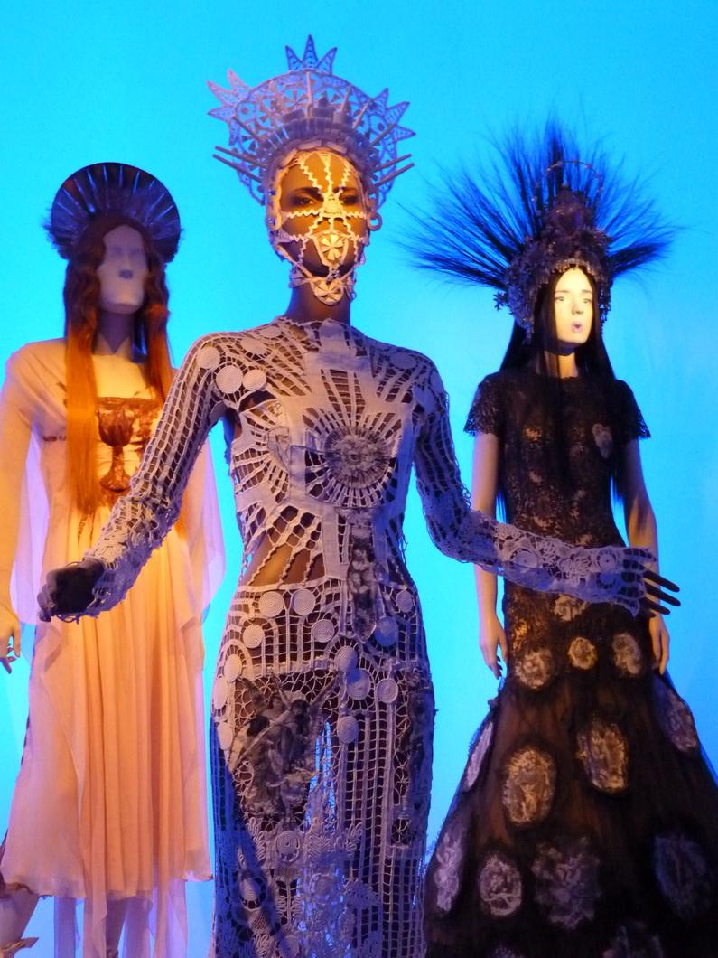 007-7 robe crochetee appliques en lin -cheubin  coiffe et masque crochetes en dentelle  2007