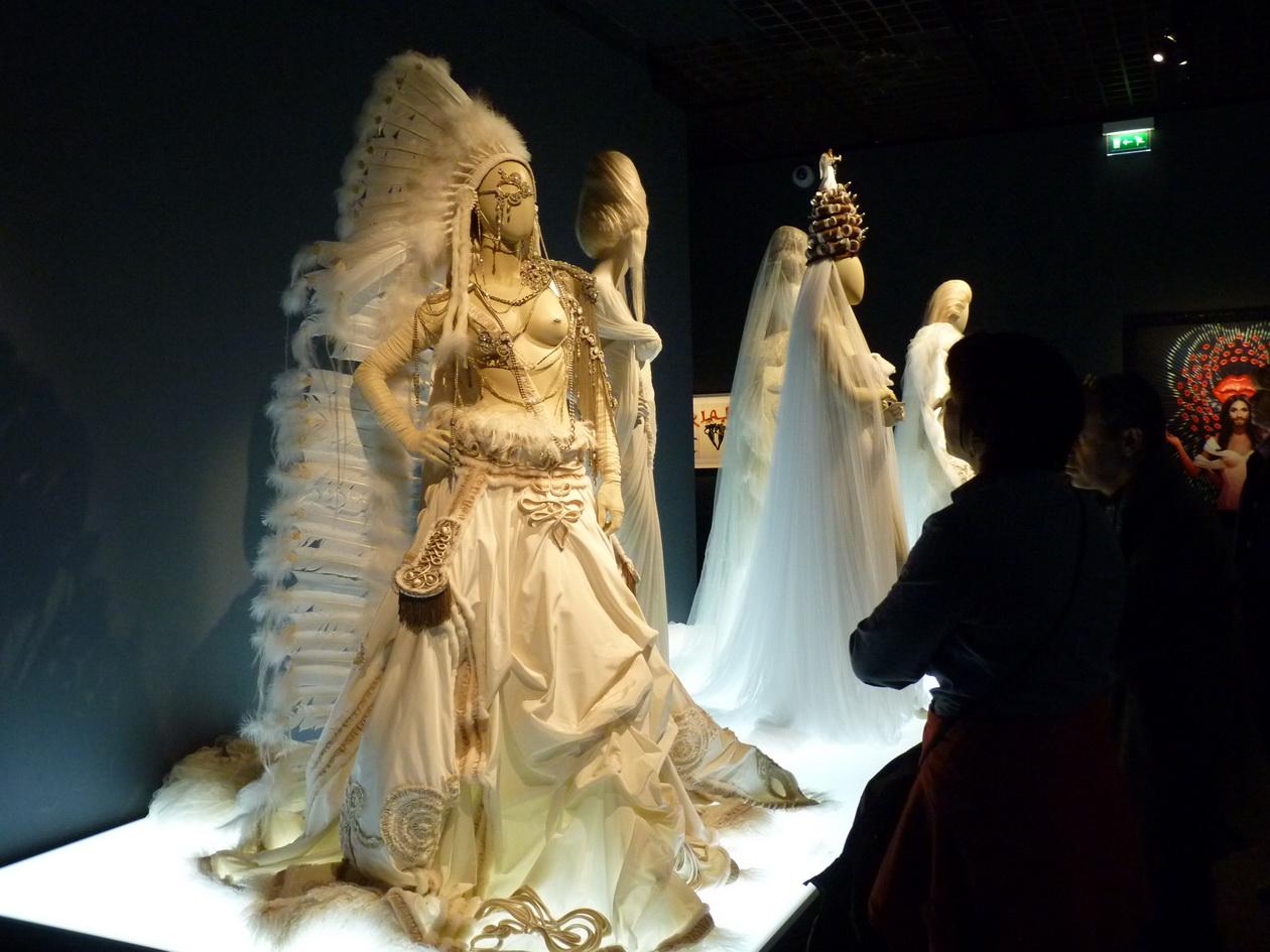 048 Jupe en faille de soie a effet manteau hussard  bijoux d epaule et de buste en metal  coiff traine en plume et tulle de soie 2002-03
