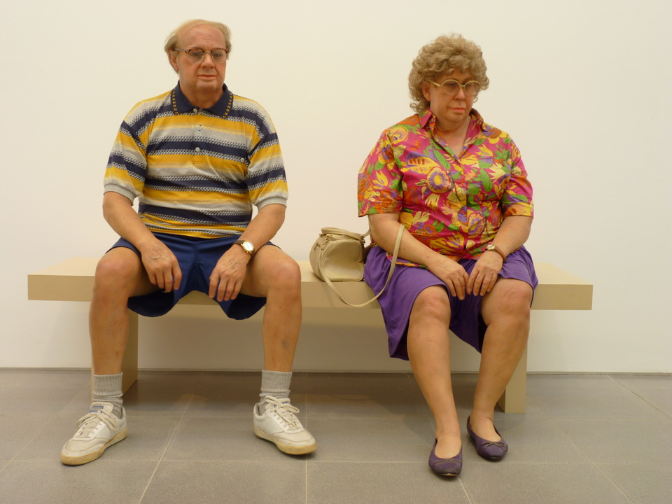 037 Duane Hanson old couple on a bench 1984 bronze   polychromed in oil .mixed media with accessories