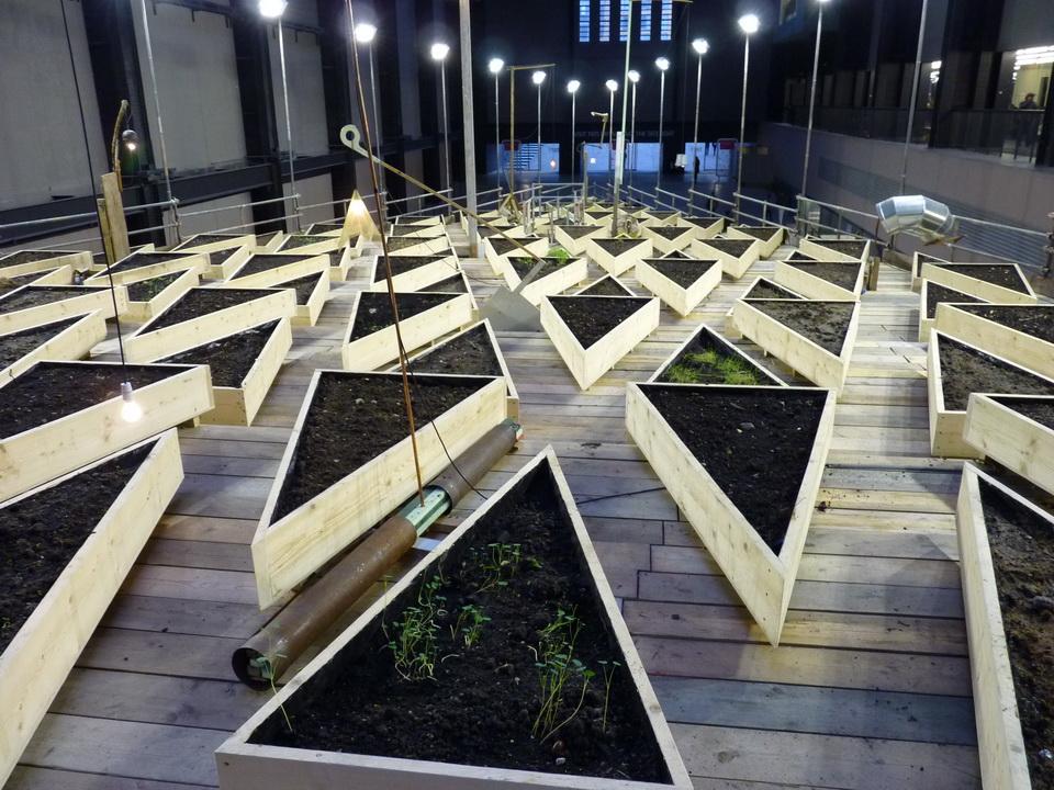 P1460159  Abraham Cruzvillegas :「empty lot」 2015 installation