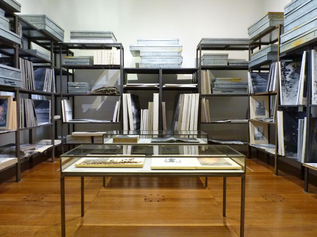 007-5  Anselm Kiefer bibliotheque de livres d artiste   Anselm Kiefer 2015 installation  etageres et boites metalliques livres