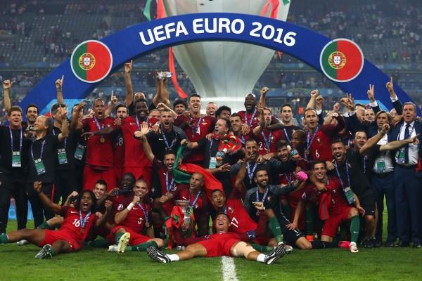 葡萄牙成為第十個捧起德勞內杯的國家 這也是葡萄牙隊史上首座大賽獎盃。(Lars BaronGetty Images)