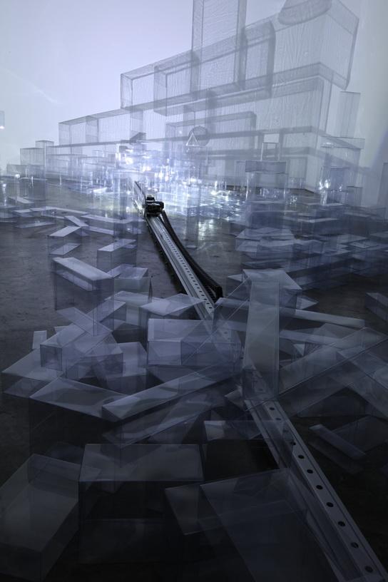 005 水晶城市001-漫遊     2009  空間裝置 LED燈  軌道 馬達 透明塑膠盒