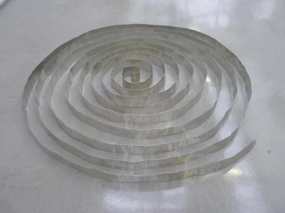 p1570616-carl-andre-magnesium-ribbon-anvers-1969-magnesium-1-bande-continu