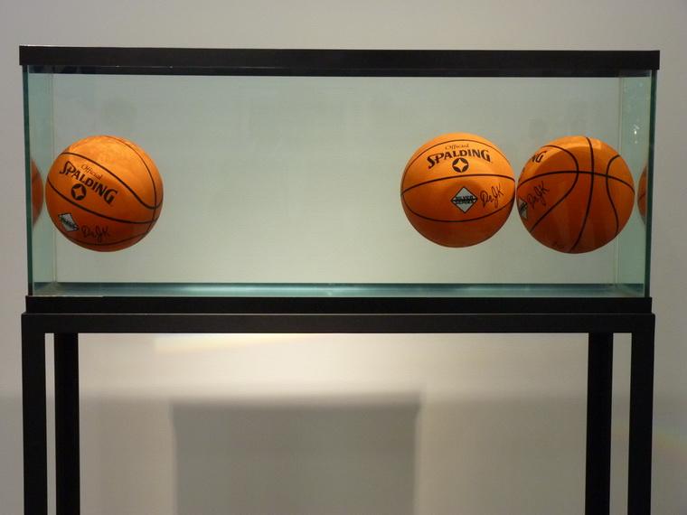 jeff-koons-aquqrium-avec-trois-ballon-en-parfait-equilibre-serie-spaiding-dr-j-silver-1985