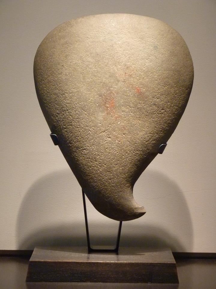 p1540608-sculpture-caraibe-v-xv-siecle-petites-antilles-grand-hache-pierre-volcanique