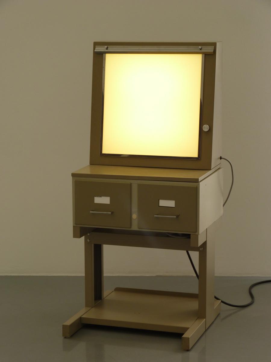 P1610169 Information Fiction Publicite l ektascope 123x56x55cm 1987 acier emaulle methacrylate neno