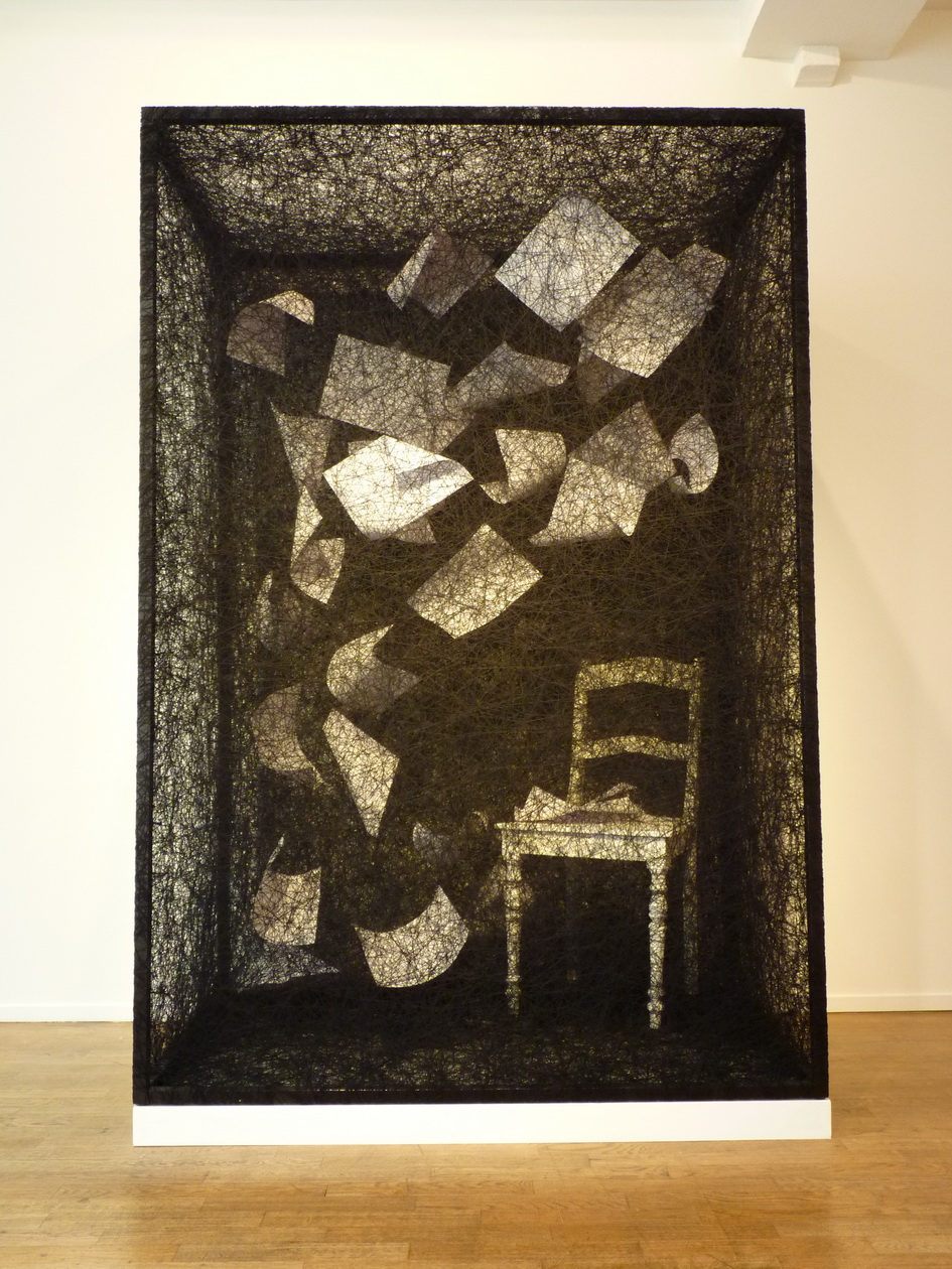 P1620766 Chiharu Shita ne1972 state of being - chair and paper 2016 220x150x90cm cadre en metal .fil noir.chaise et papier