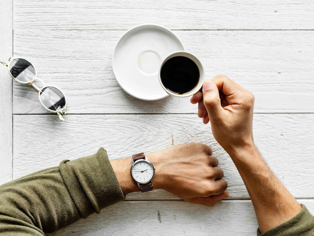 Boire un café les yeux sur la montre