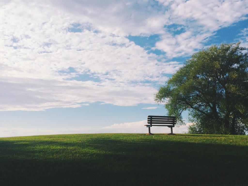 Un banc face à l'horizon