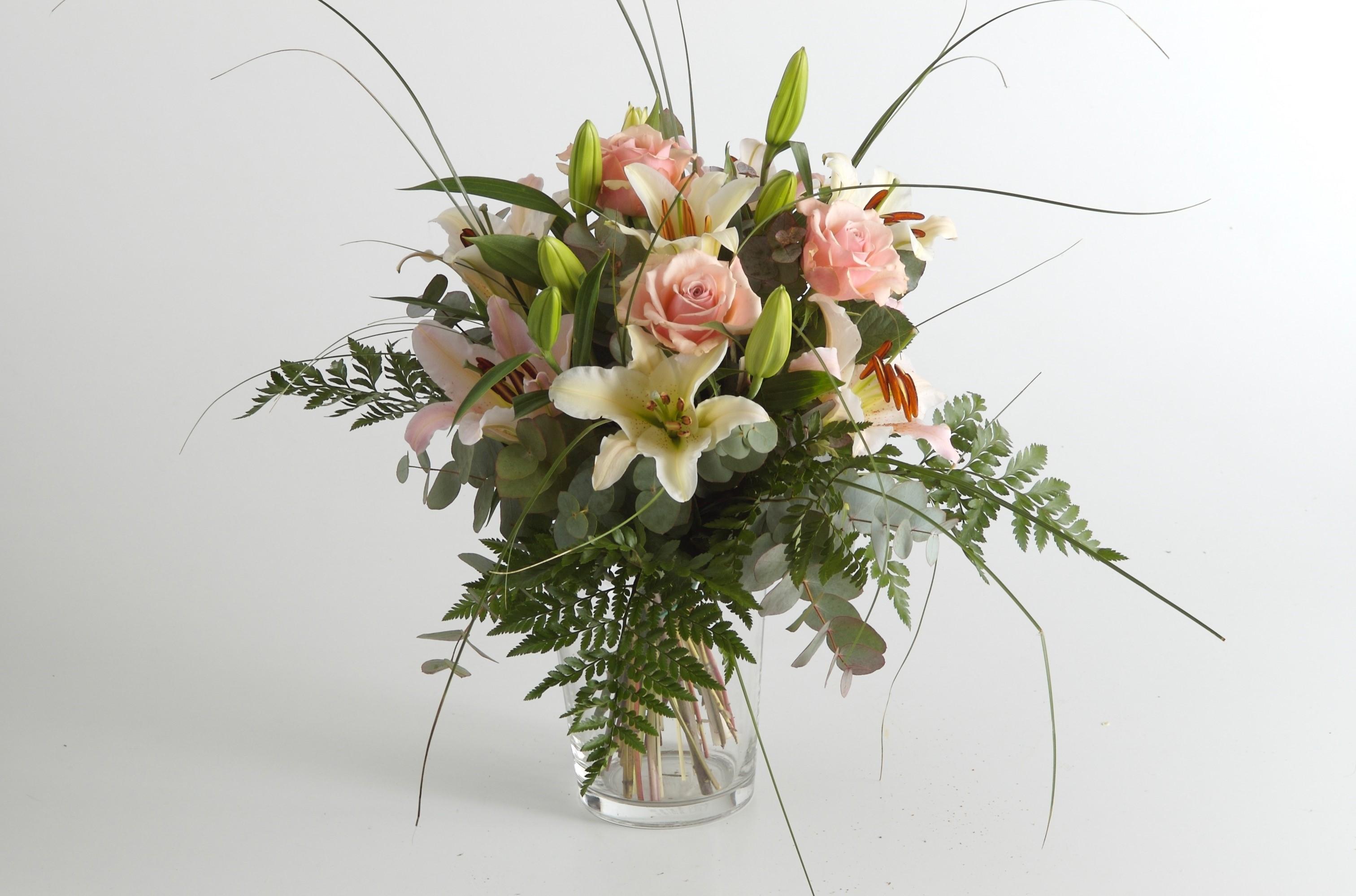 Mazzo Di Fiori The West.Bouquet Di Lilium E Rose Fiorit Fiori A Domicilio A Firenze