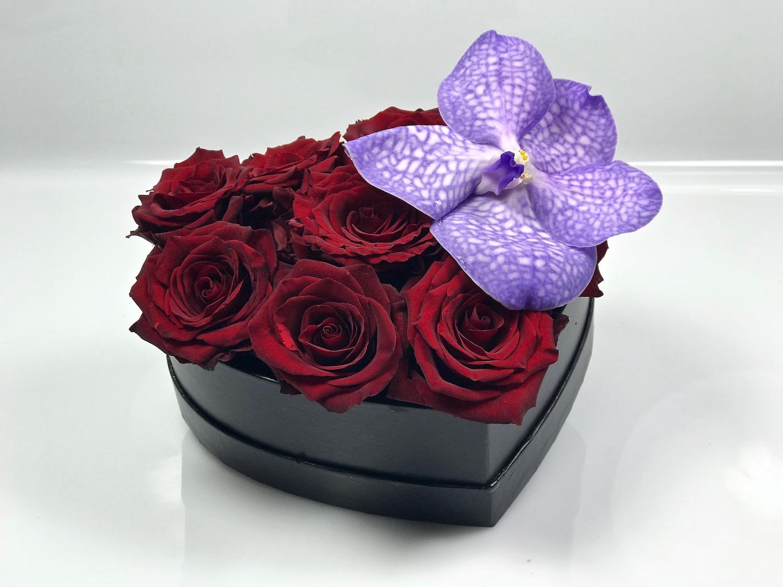 Fiori Con La E.Cuore Con Rose Rosse E Fiore Di Orchidea Fiorit Fiori A