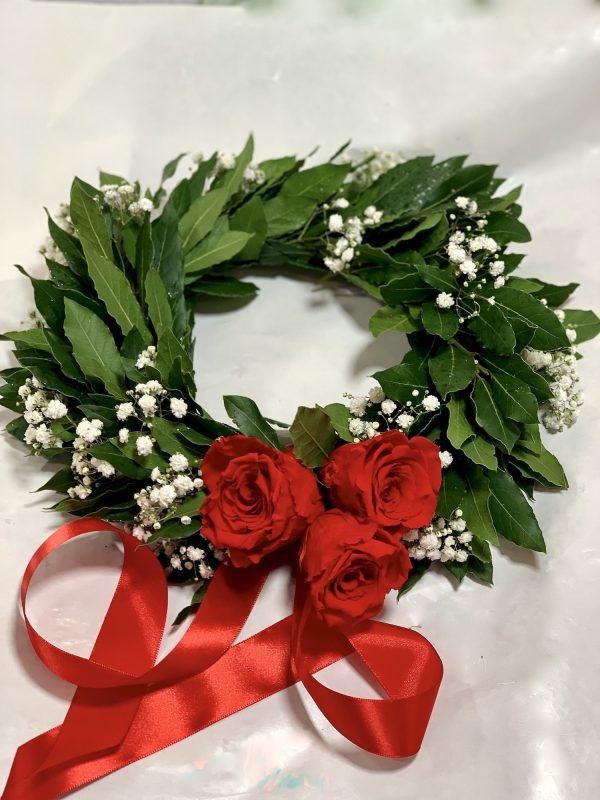 Corona di alloro per laurea con Nebbolina (Gypsophila) e tre rose rosse