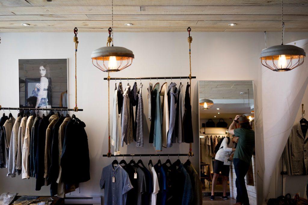 Etre à la mode avec des vêtements durables ! 8 magasins qui proposent des vêtements écoresponsables pour se faire plaisir et protéger la planète.