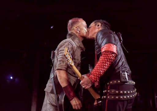 Lors d'un concert à Moscou, deux membres de Rammstein s'embrassent pour provoquer les autorités