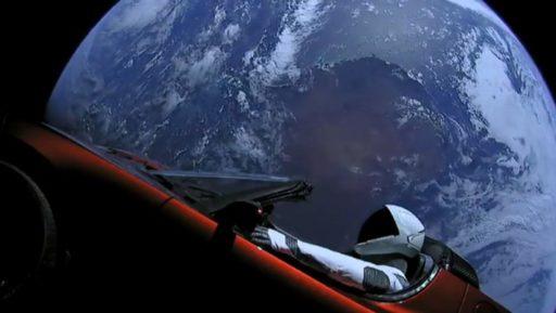Il y a toujours une Tesla en orbite autour du soleil et Elon Musk aimerait lui faire un petit coucou