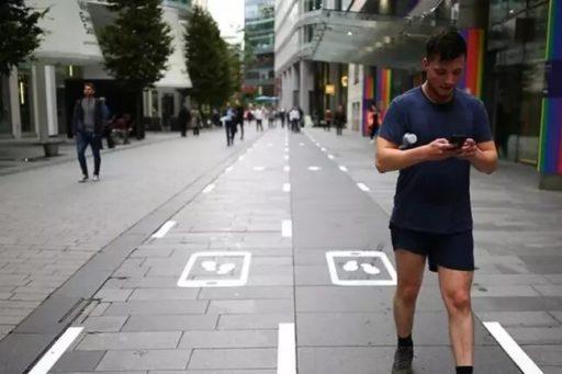 A Manchester, on a créé des voies lentes sur les trottoirs spécialement dédiées aux smartphones