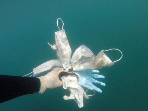 Des masques et gants jetables sont en train de polluer la mer Méditerranée pour les centaines d'années à venir