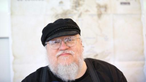"""George R.R Martin est """"de retour à Westeros"""", son nouveau livre arrive"""