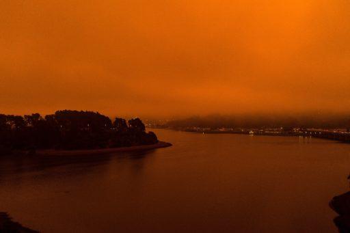 Ambiance apocalyptique en Californie où les feux de forêt ravagent tout sur leur passage