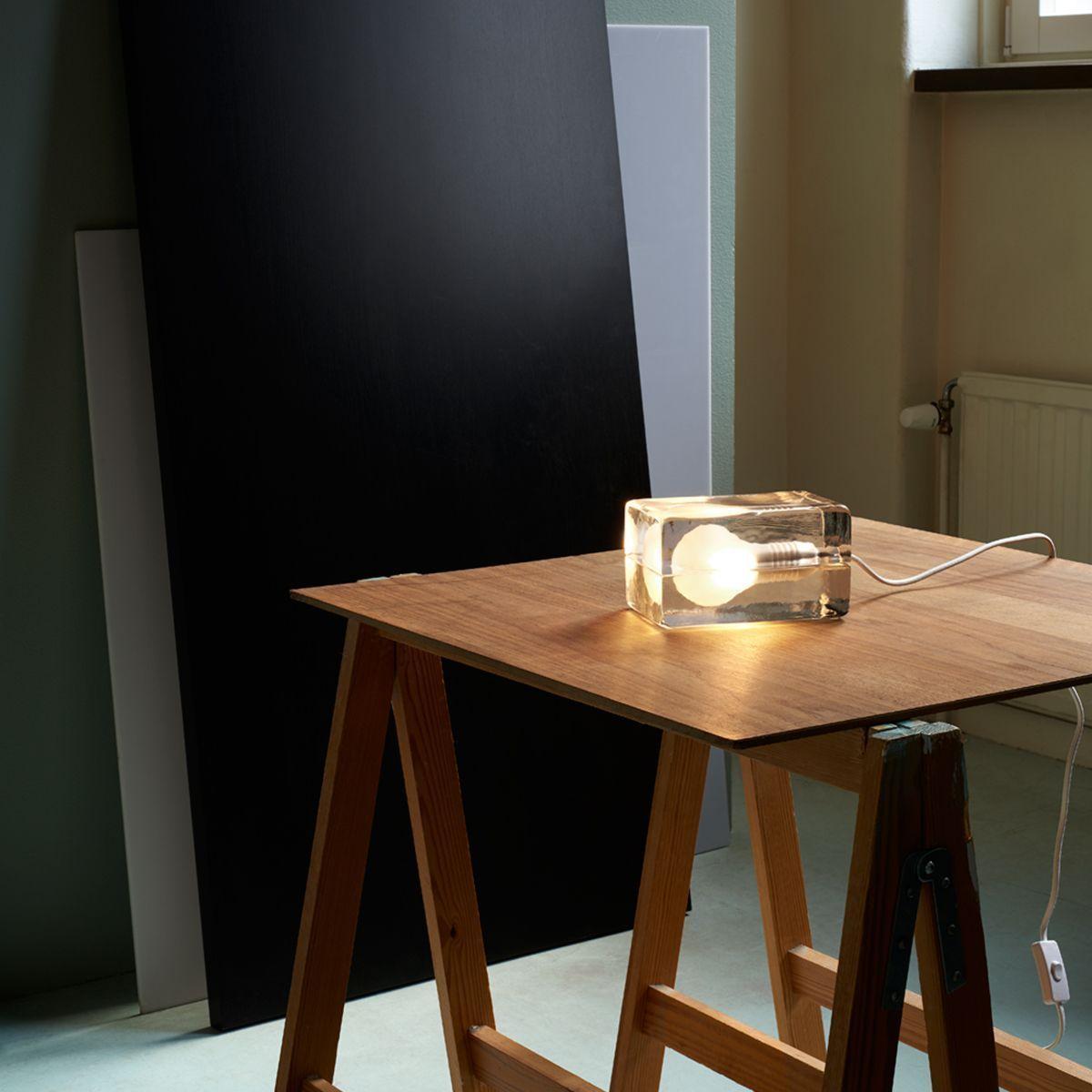 Lámpara block diseño sobre mesa