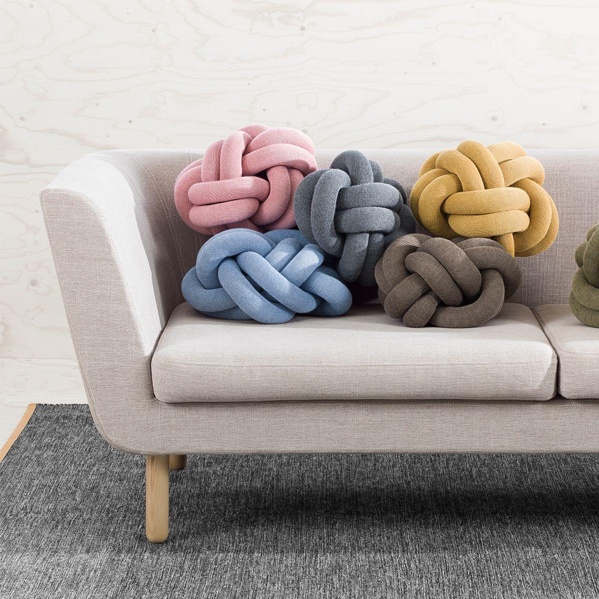 cojines knot sobre sofá nest