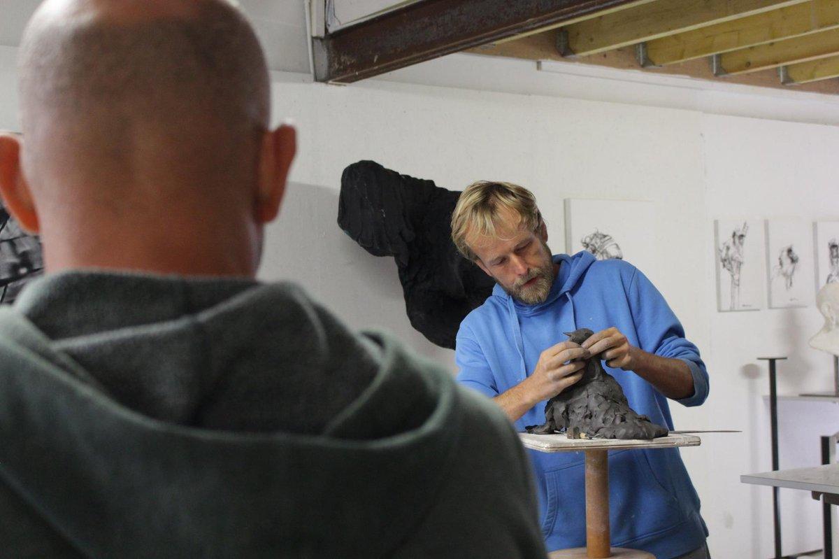 Olivier Courty en atelier sculture à la Villa Gregam