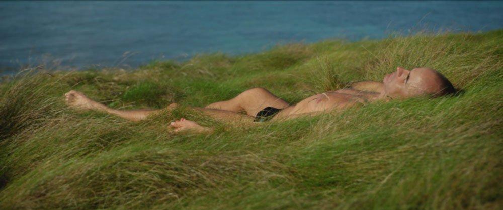 allonge-dans-l'herbe-mer