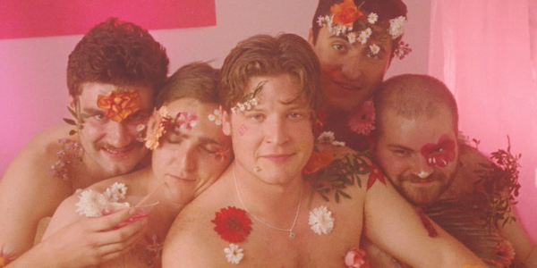 Les Spang Sisters tout en fleurs pour le clip de BOYS