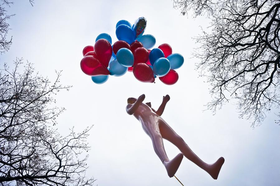 Mannequin en plastique et ballons - clip de Carambolage