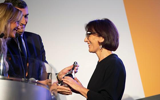 Nathalie Balla reçoit le prix de la Femme d'affaires – Veuve Cliquot