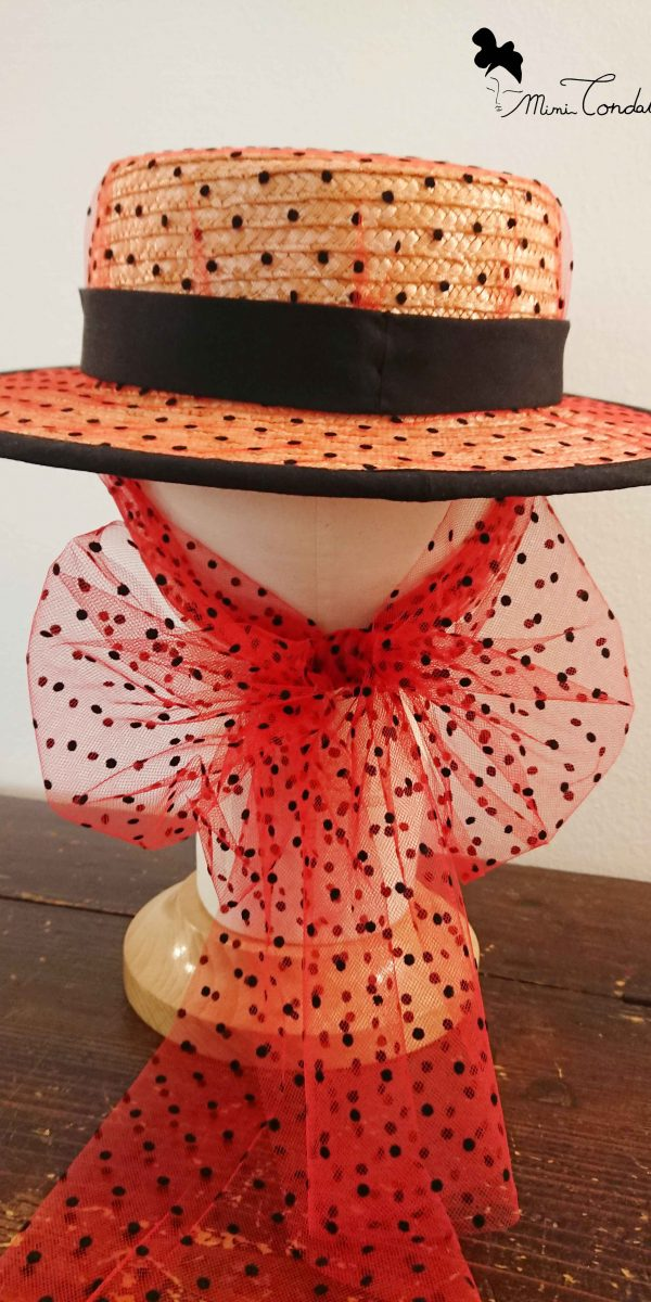 Canotier con tulle rosso