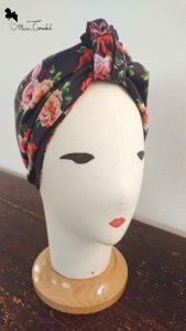 Turbante nero con rose, stile nodo frontale