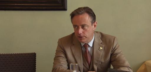 """""""Wat wil je, de bullenbak of het Chiromeisje?"""": naast De Wever missen we vooral Crevits bij 'Jambers'"""
