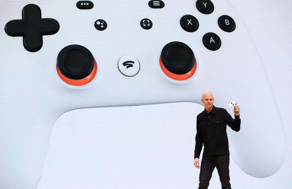 Phil Harrison, met de nieuwe Google Stadia-controller