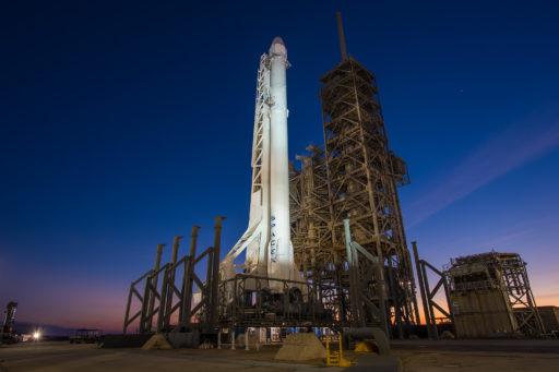 SpaceX lanceert Falcon 9-raket met succesvolle landing ondanks dichte mist