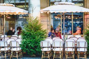 Фото сессия пары в кафе в Париже. Фотограф Париж