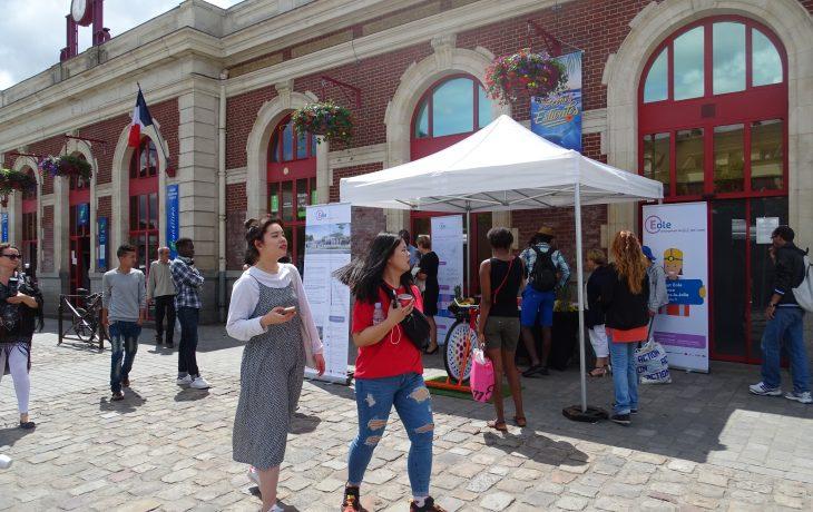 A l'occasion de l'exposition Dessine-moi Eole en face de la gare de Mantes-la-Jolie…