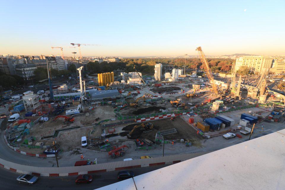 Photo du chantier de la porte-Maillot, on distingue les travaux de jour, l'ampleur du chantier qui tient une place importante et laisse peu de place pour la circulation