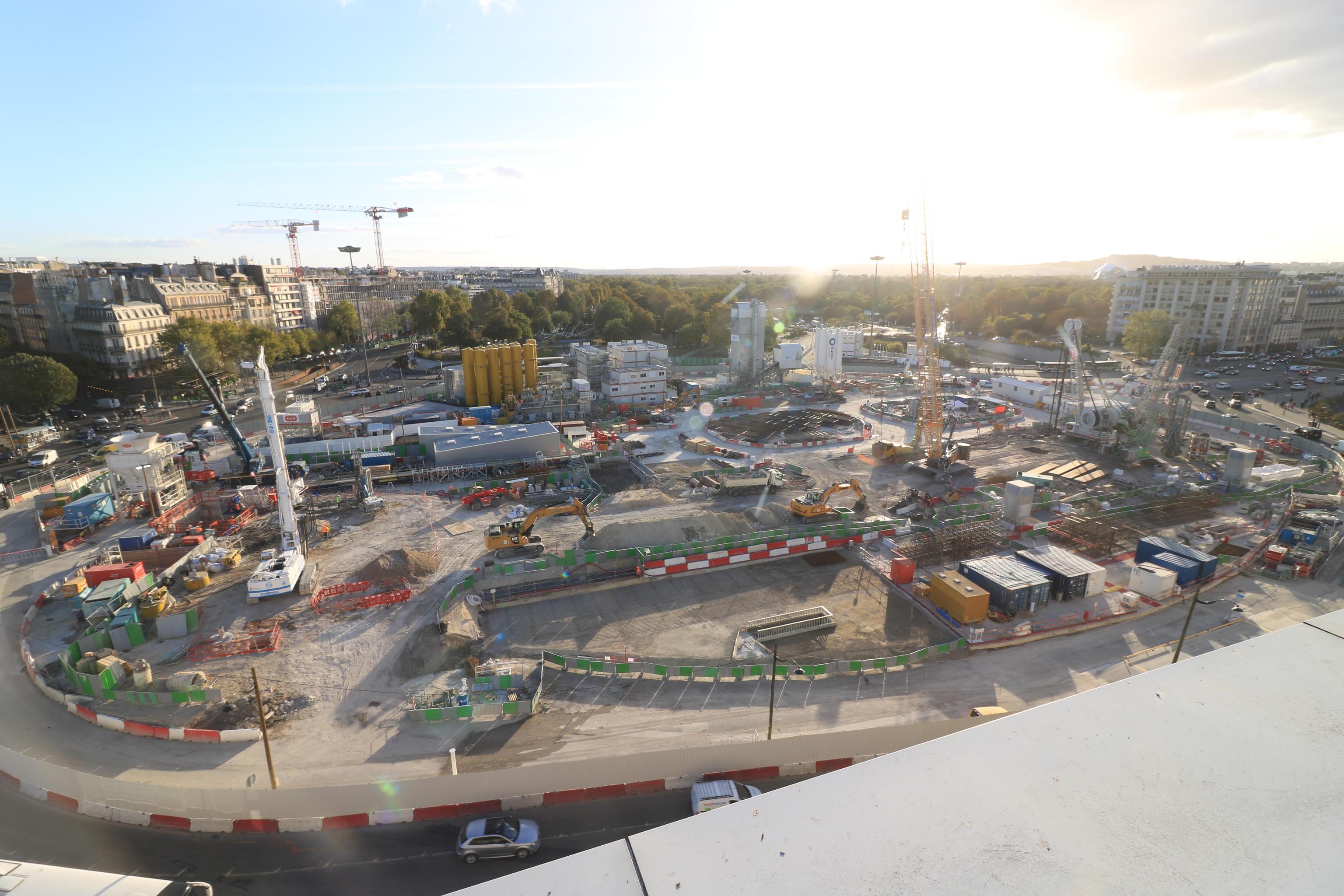 Photo pris du haut du palais des congrès, le rond point de Porte-Maillot a complètement disparu, il laisse place à un immense chantier de terre avec des véhicules lourds, des grues.